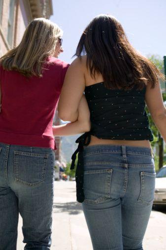 YAPMA Pantolonunu asla denemeden alma! Kabin önünde uzun bir kuyruk olsa bile. Eğer çok ince değilsen, vücuda oturan pantolonlardan her zaman uzak dur!  Göbeğin varsa, düşük bel pantolonların yakınından bile geçme!